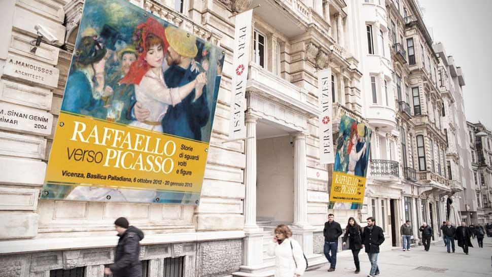 Striscione su facciata di Museo