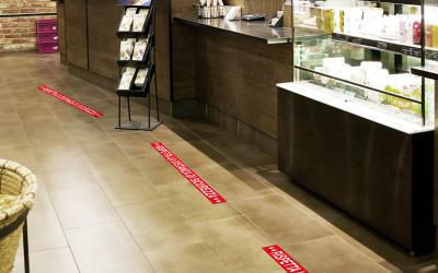 Adesivi pavimento per distanza: lontani per stare più vicini